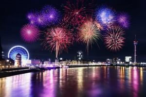 Kirmes am Rhein mit Feuerwerk